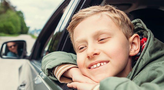 Niño paseando en el carro